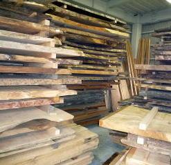 天然乾燥させてる木材の画像です